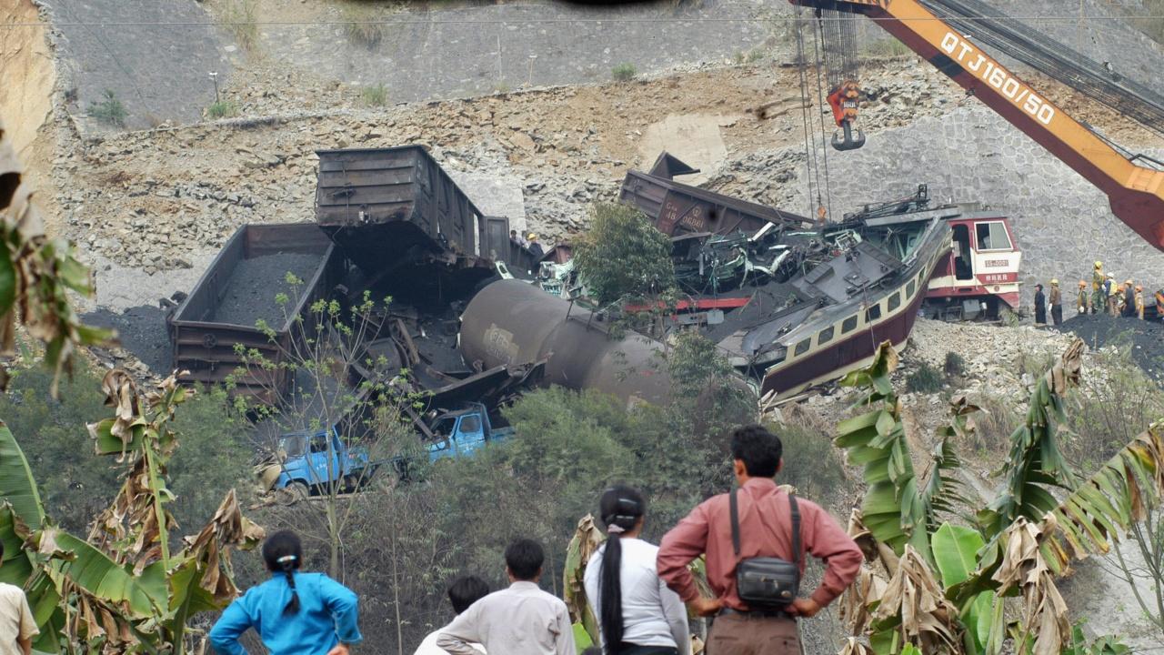 Влак дерайлира в тунел на остров Тайван, най-малко четирима са загинали