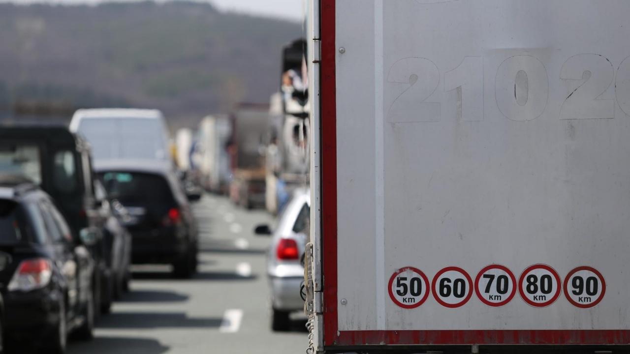 """Интензивен е трафикът на камиони на ГКПП """"Дунав мост"""""""