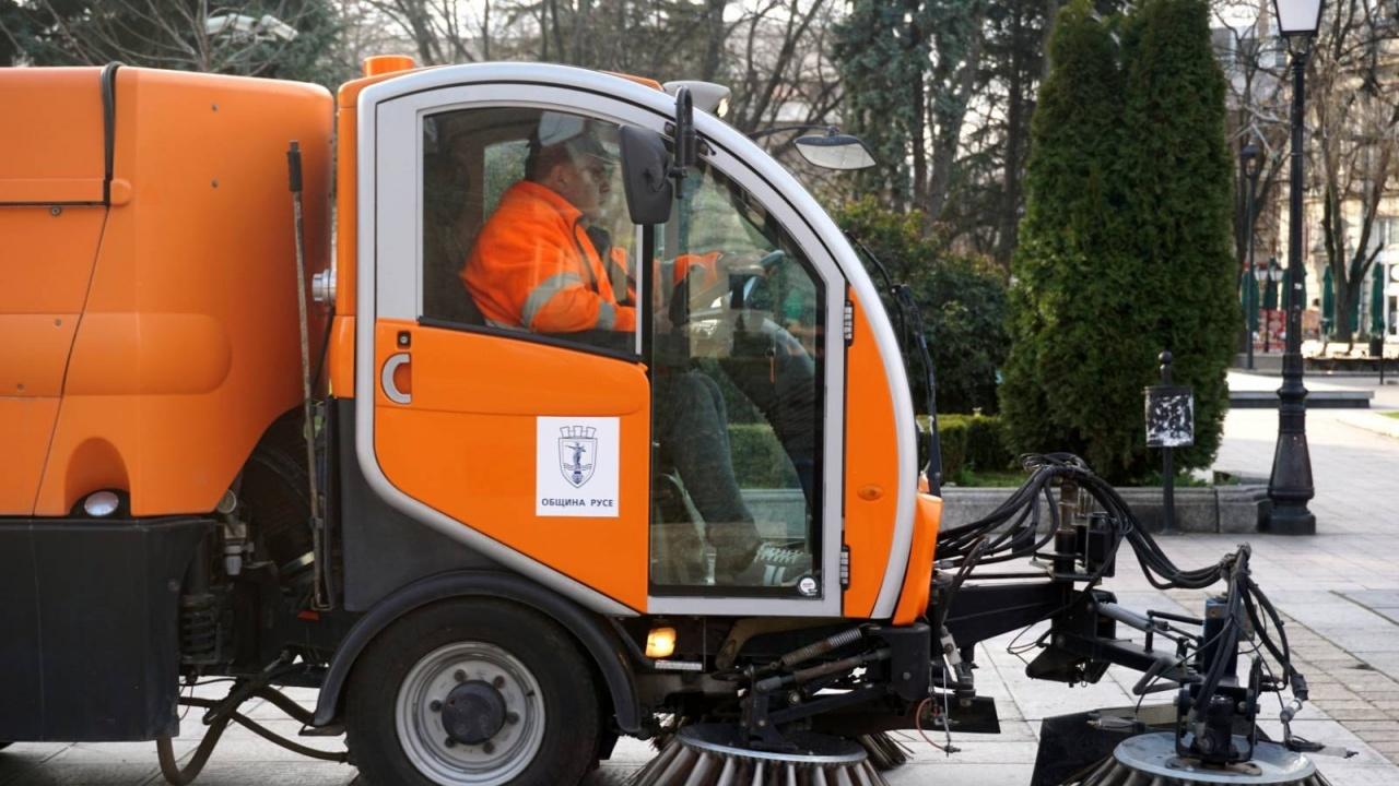 Три нови модерни машини ще чистят от днес улиците и площадите в Русе