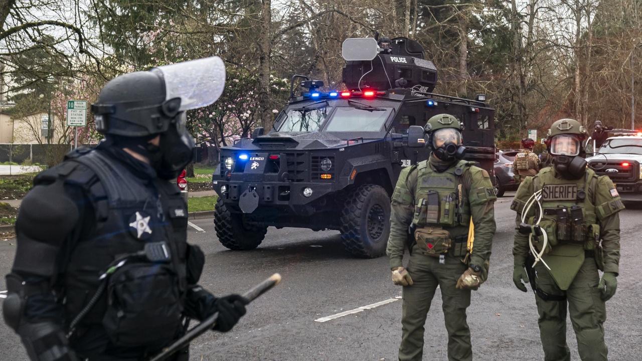 Кола помете двама полицаи край Капитолия