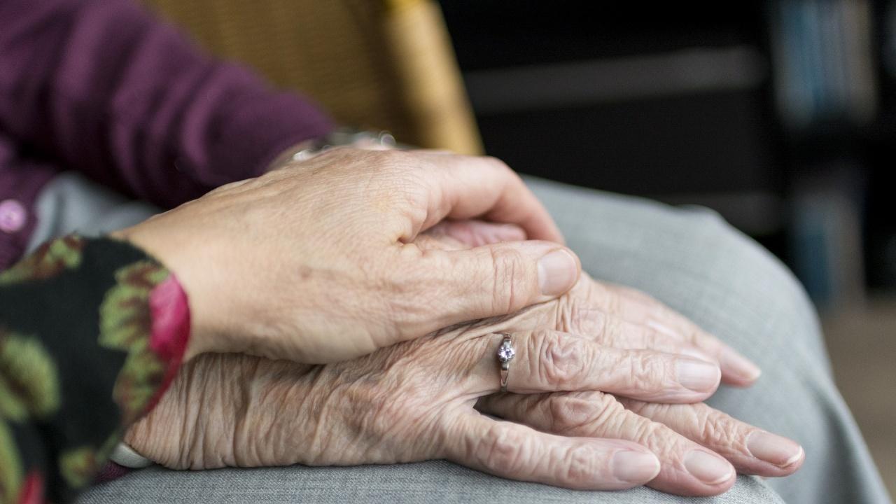 Обединеното кралство смекчава ограниченията за посещенията в домовете за възрастни