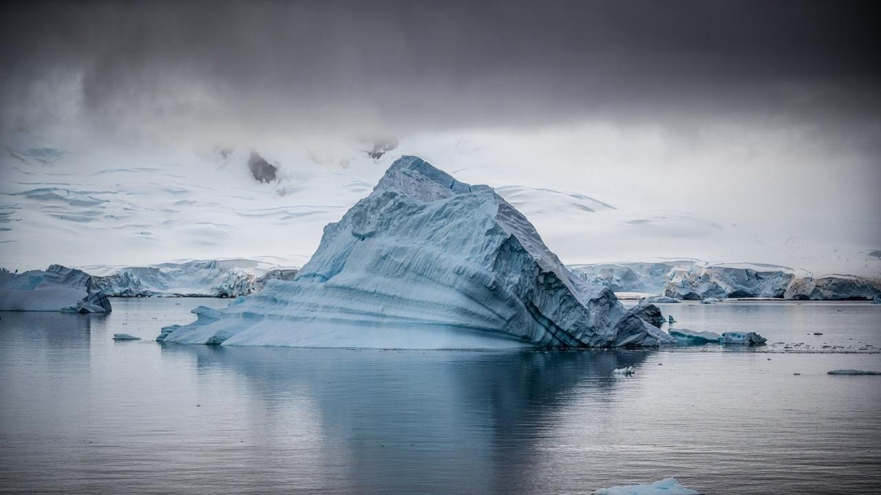 Учени откриха в Антарктида частици от метеор, експлодирал преди 450 000 години