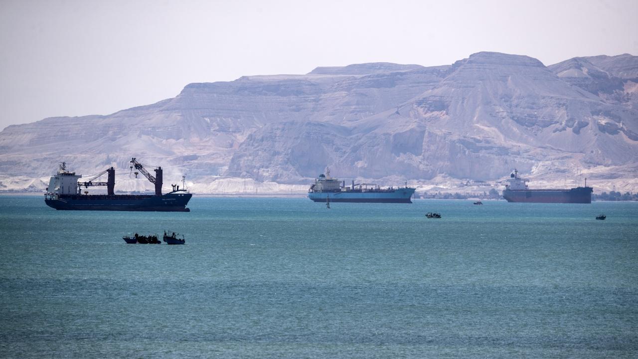 Всички блокирани в Суецкия канал кораби са преминали благополучно през водния път