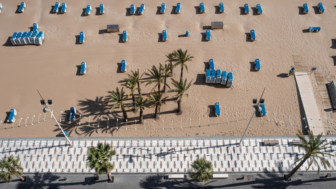 Купонджии танцували на популярен плаж в Барселона без маски и дистанция
