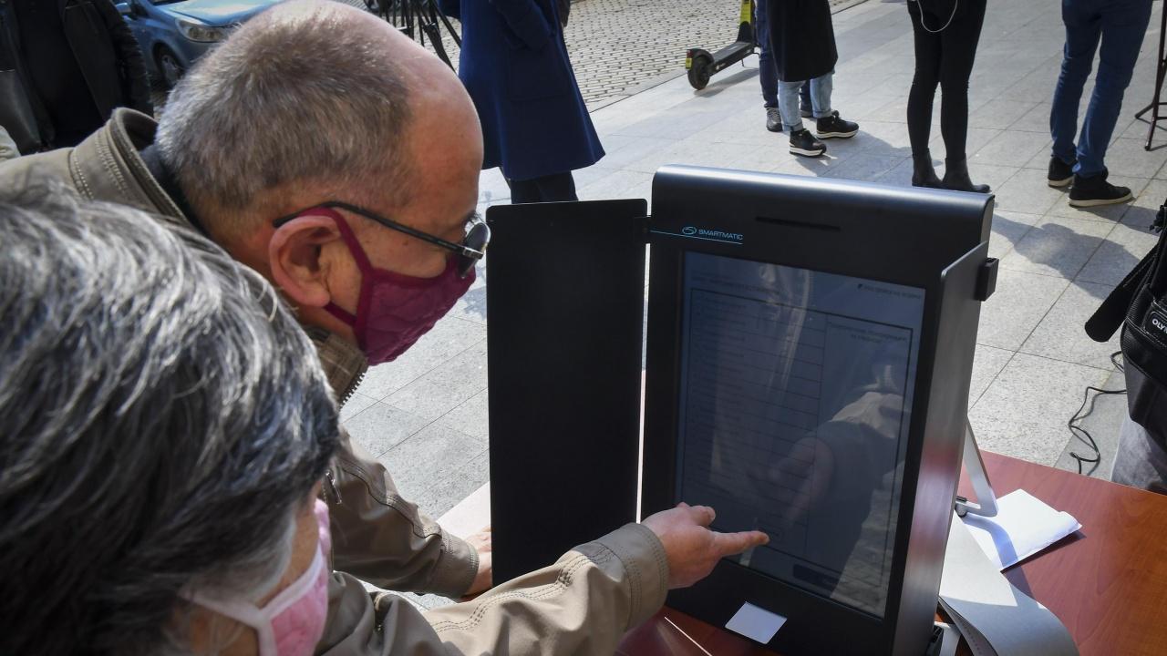 Кандидат-депутат нацели фал с машината за електронно гласуване в Пловдив