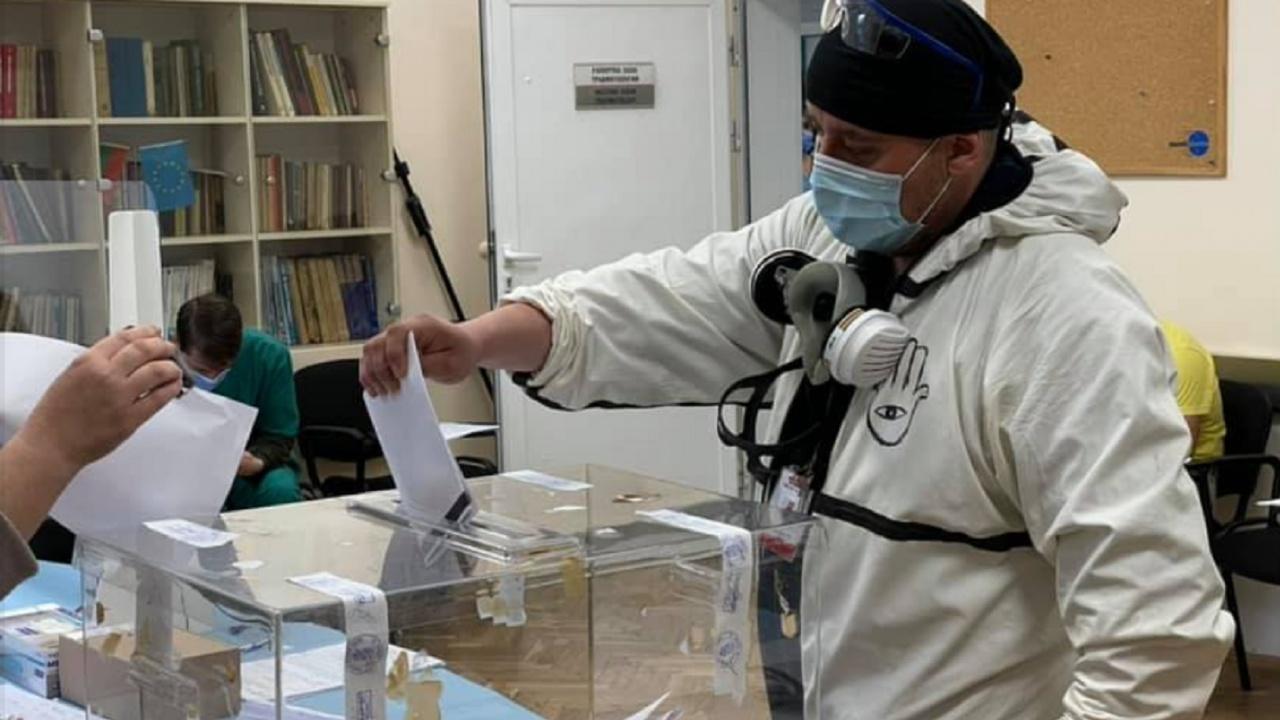 """При извънредни мерки за сигурност гласуваха в """"Пирогов"""""""