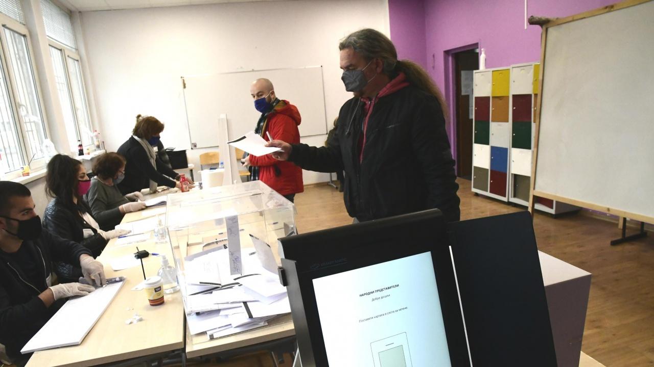 Избирателка бутна машината за гласуване на земята