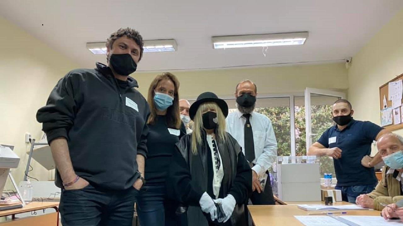 Лили Иванова гласува с маска и ръкавици
