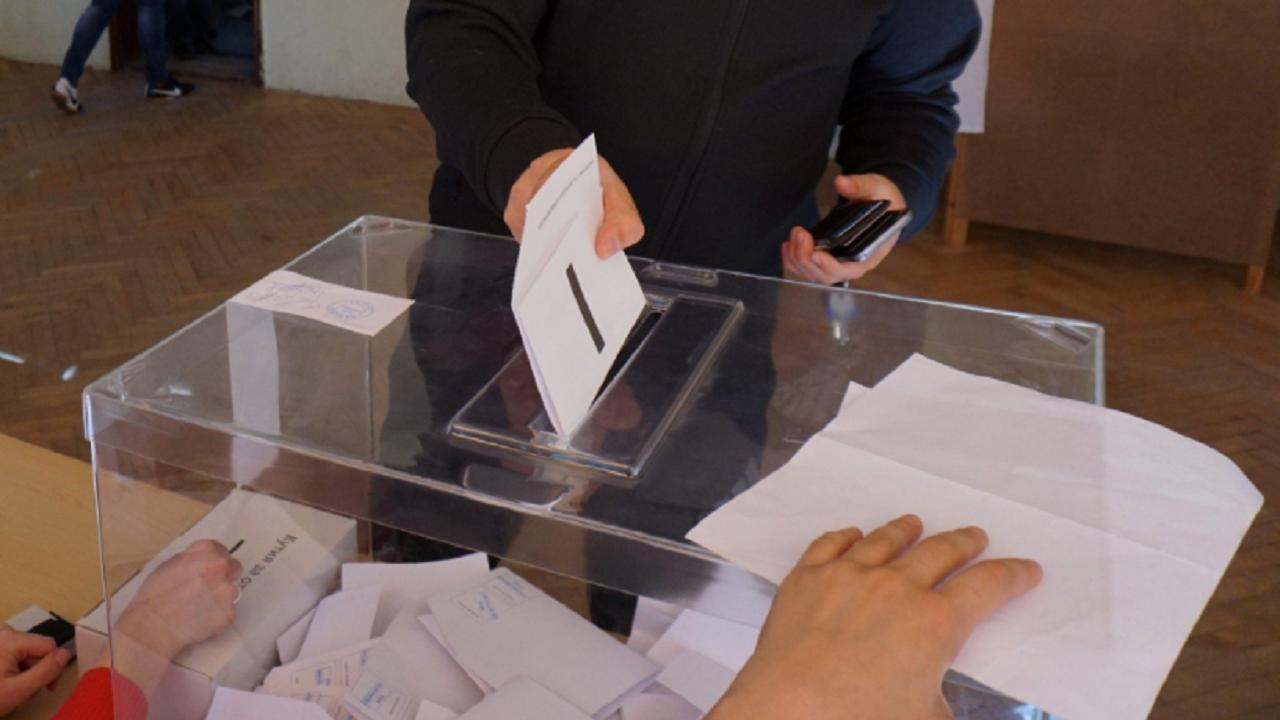 Опашка от желаещи да гласуват в предградие на Мадрид