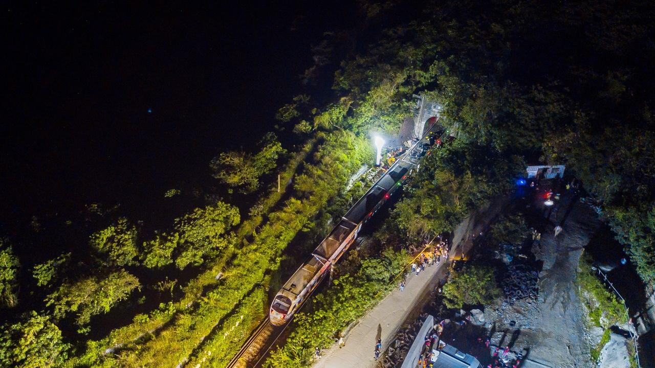 Ръководителят на строеж и транспортният министър поеха отговорност за влаковата катастрофа в Тайван