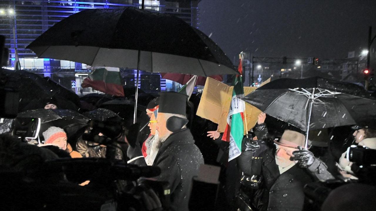 Протестиращи се събраха пред централата на ГЕРБ в София