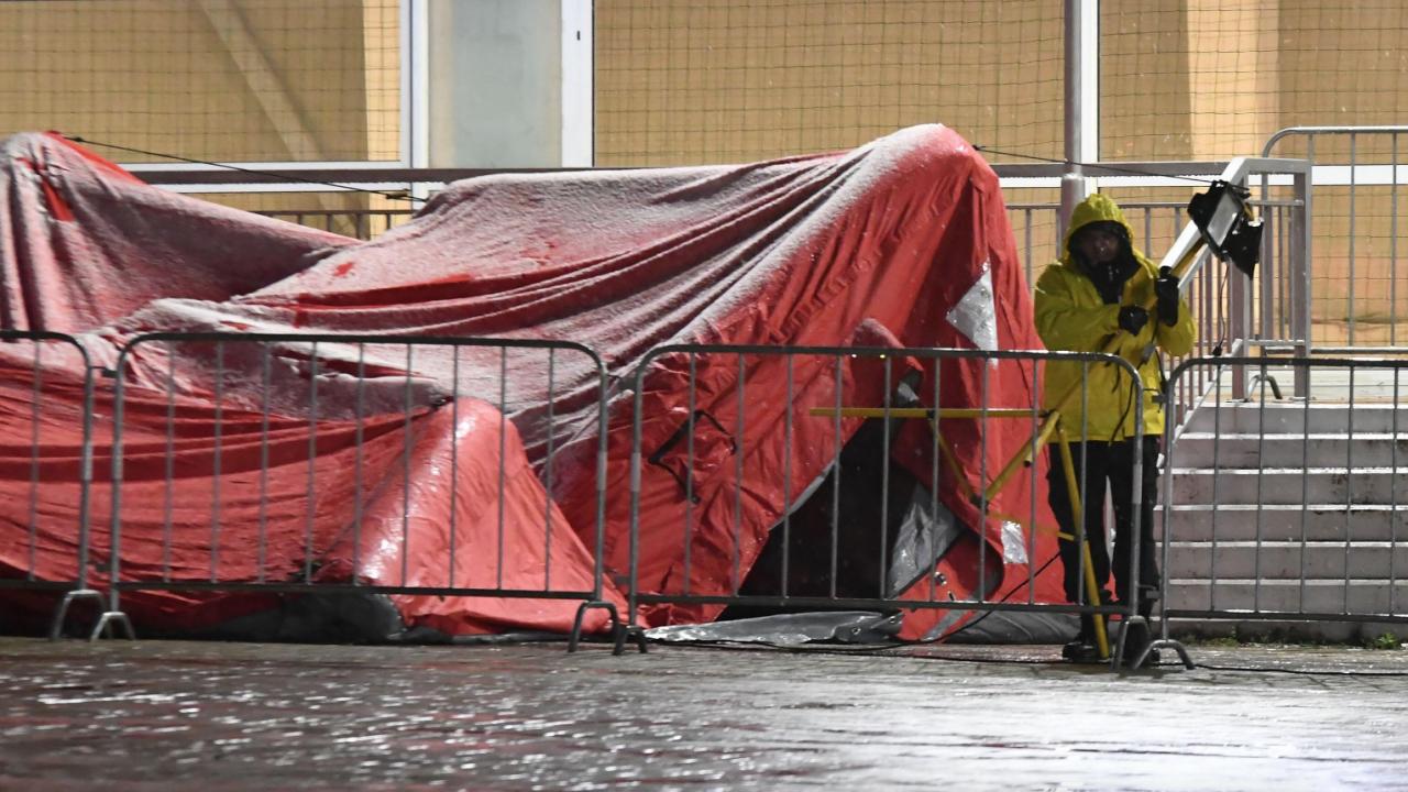 """Падна палатката пред зала """"Арена Армеец"""", в която се събират чувалите с изборни протоколи"""