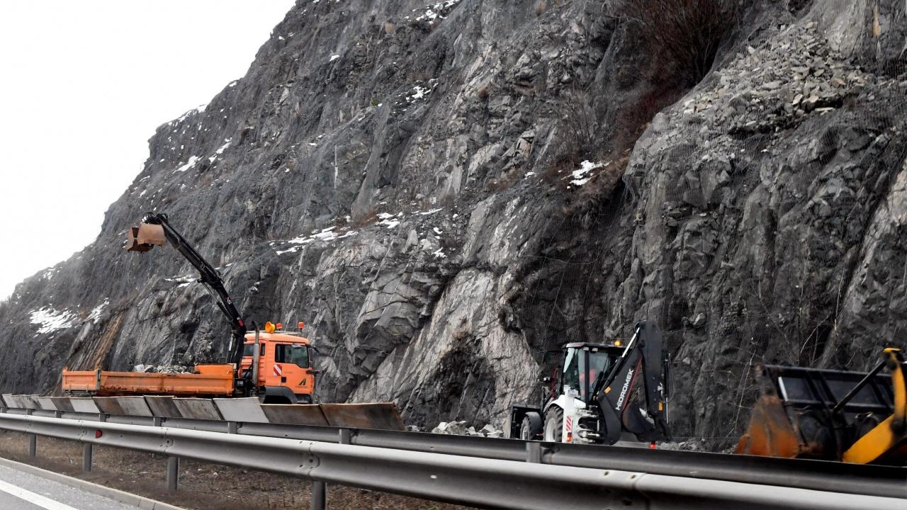 Паднали камъни отново затрупаха пътя Кричим – Девин