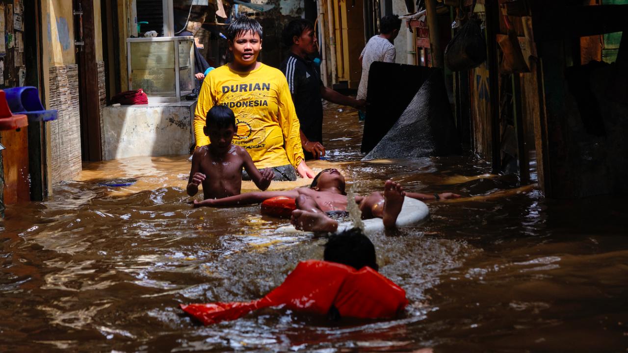 Над 150 жертви на наводненията в Индонезия и Източен Тимор