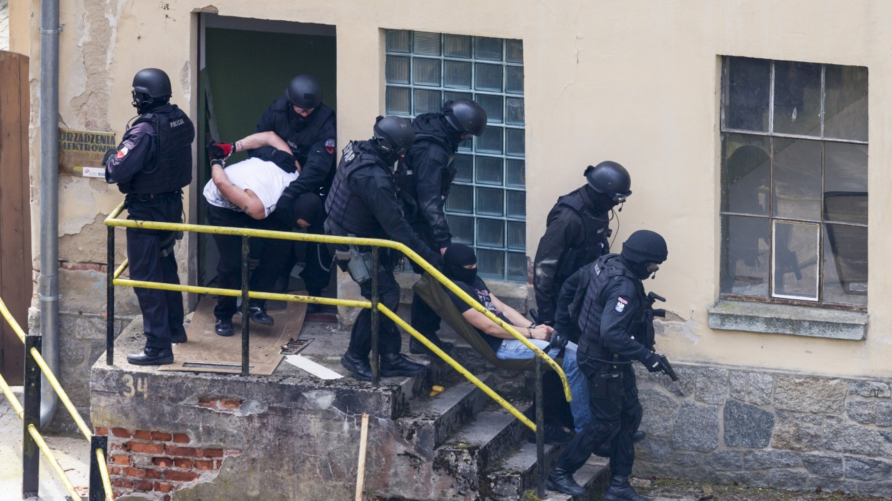 18 души са арестувани при акция срещу  онлайн измамници