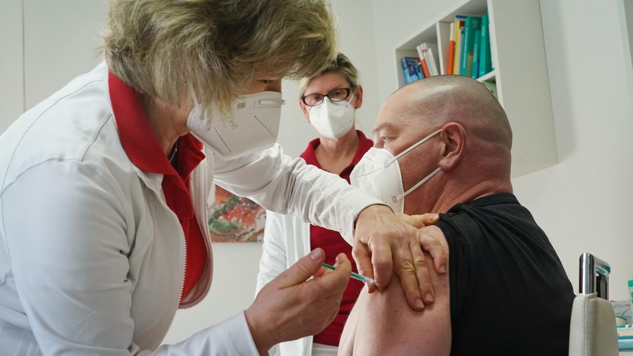 """В Италия препоръчаха ваксината на """"АстраЗенека"""" да се поставя само на хора над 60 години"""