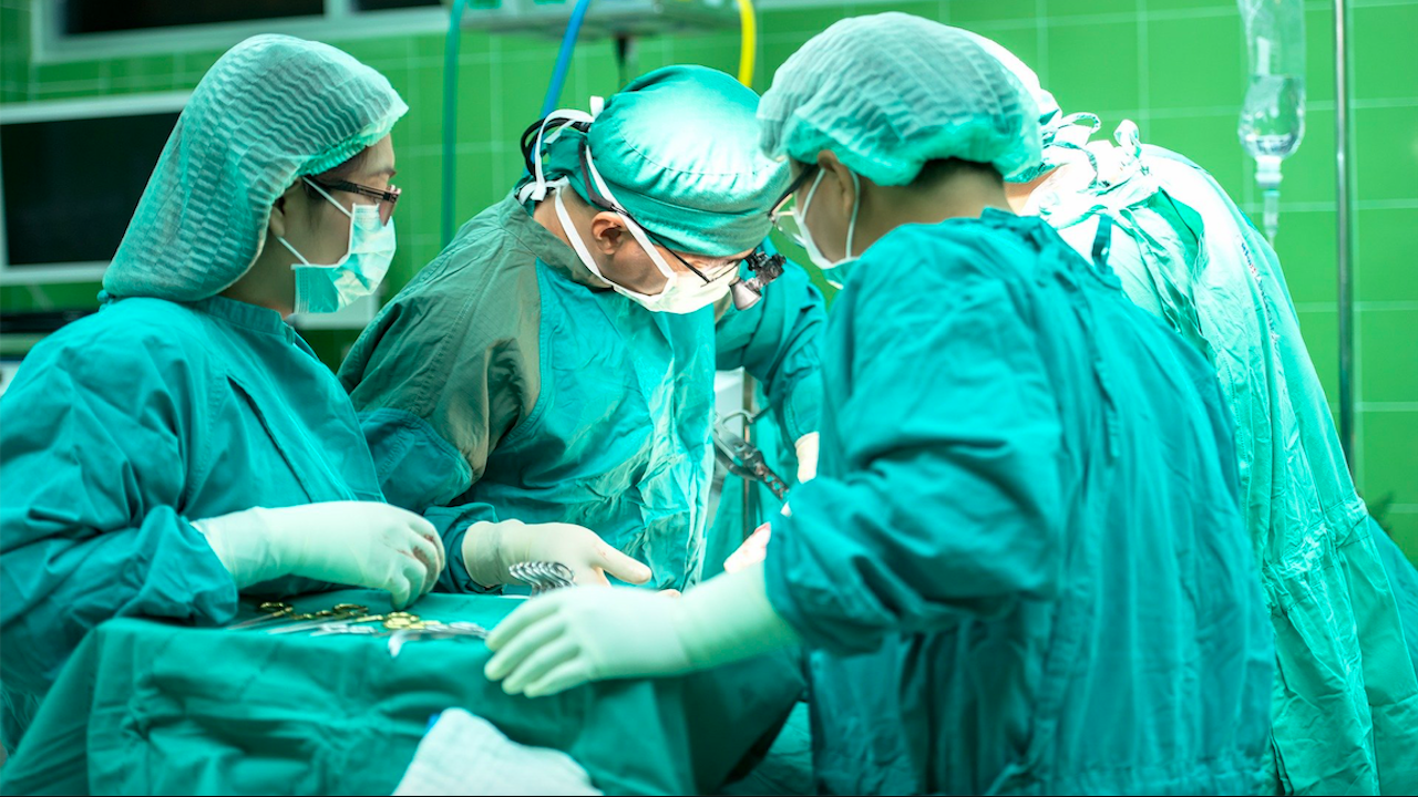В Япония за пръв път в света присадиха бели дробове от жив донор на човек с коронавирус
