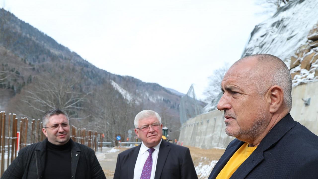 Борисов инспектира укрепването на пътя до Рилския манастир