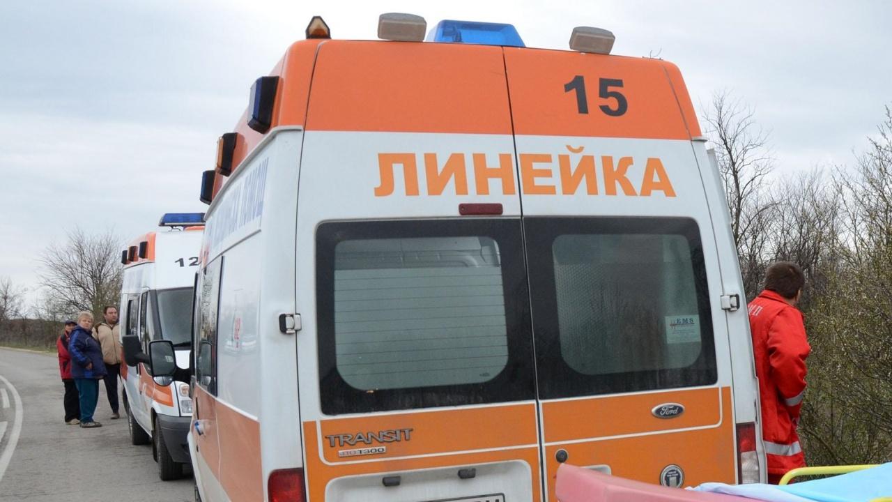 Трима души са в болница след челен удар в Добричко