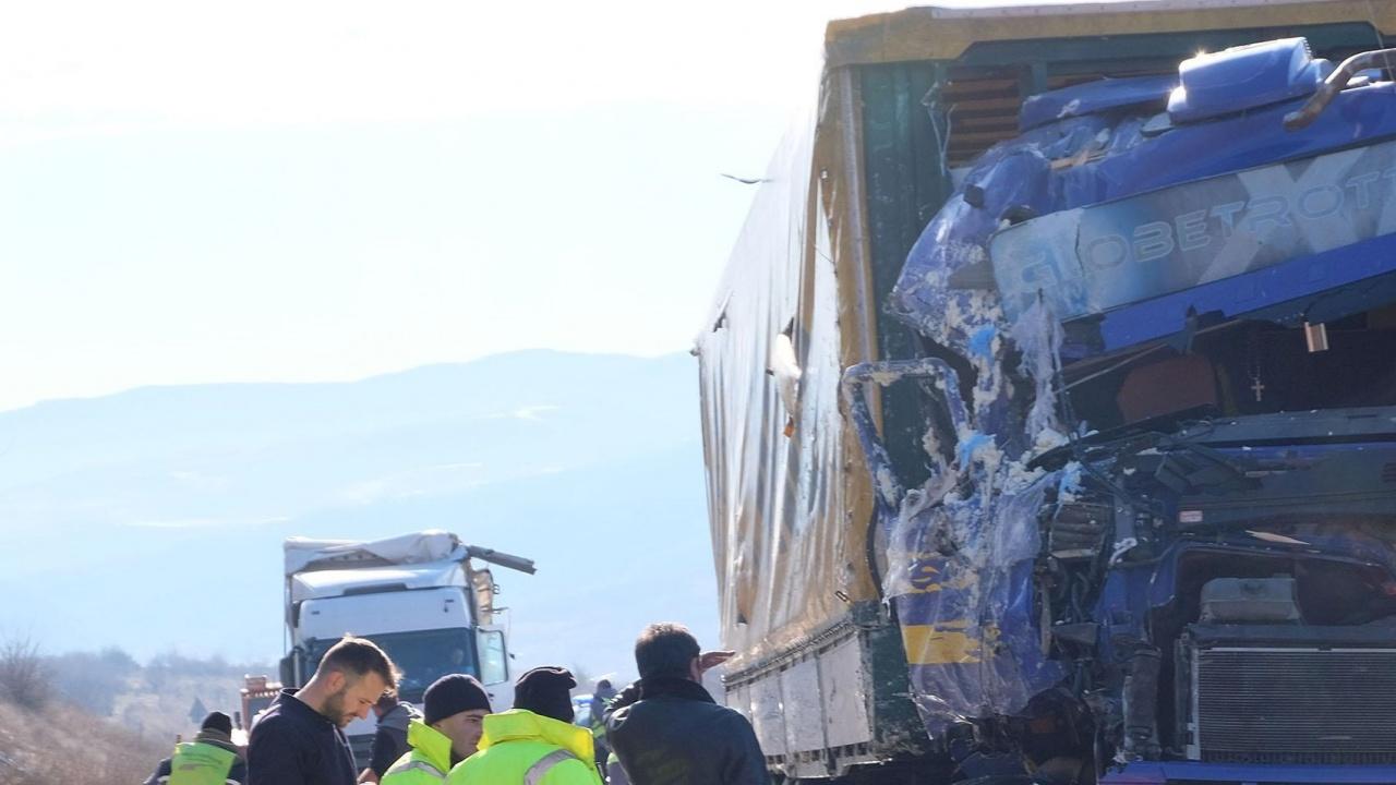 """Смърт за минути: Загина един от шофьорите от мелето между камиони на АМ """"Тракия"""""""