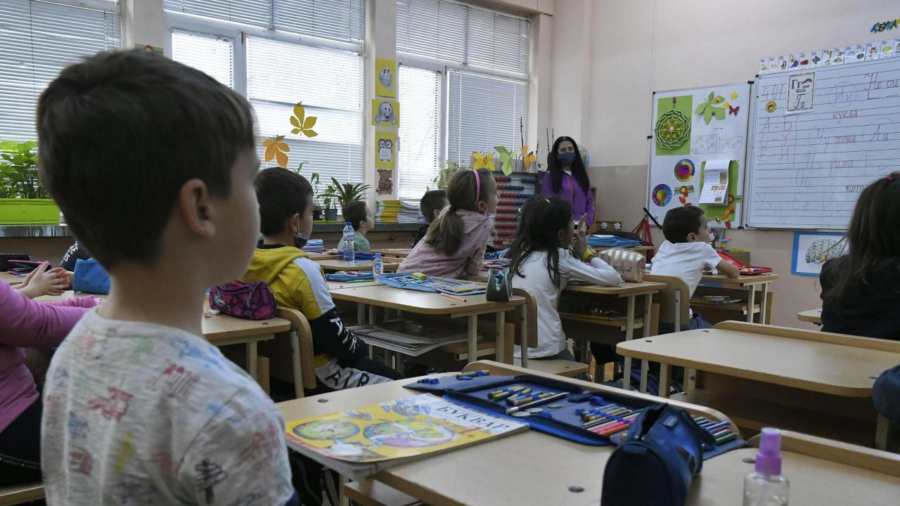 От понеделник на училище тръгват 72% от учениците в Силистренска област