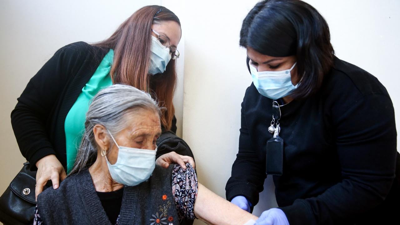 Отвори ваксинационен център само за хора над 65 години в София