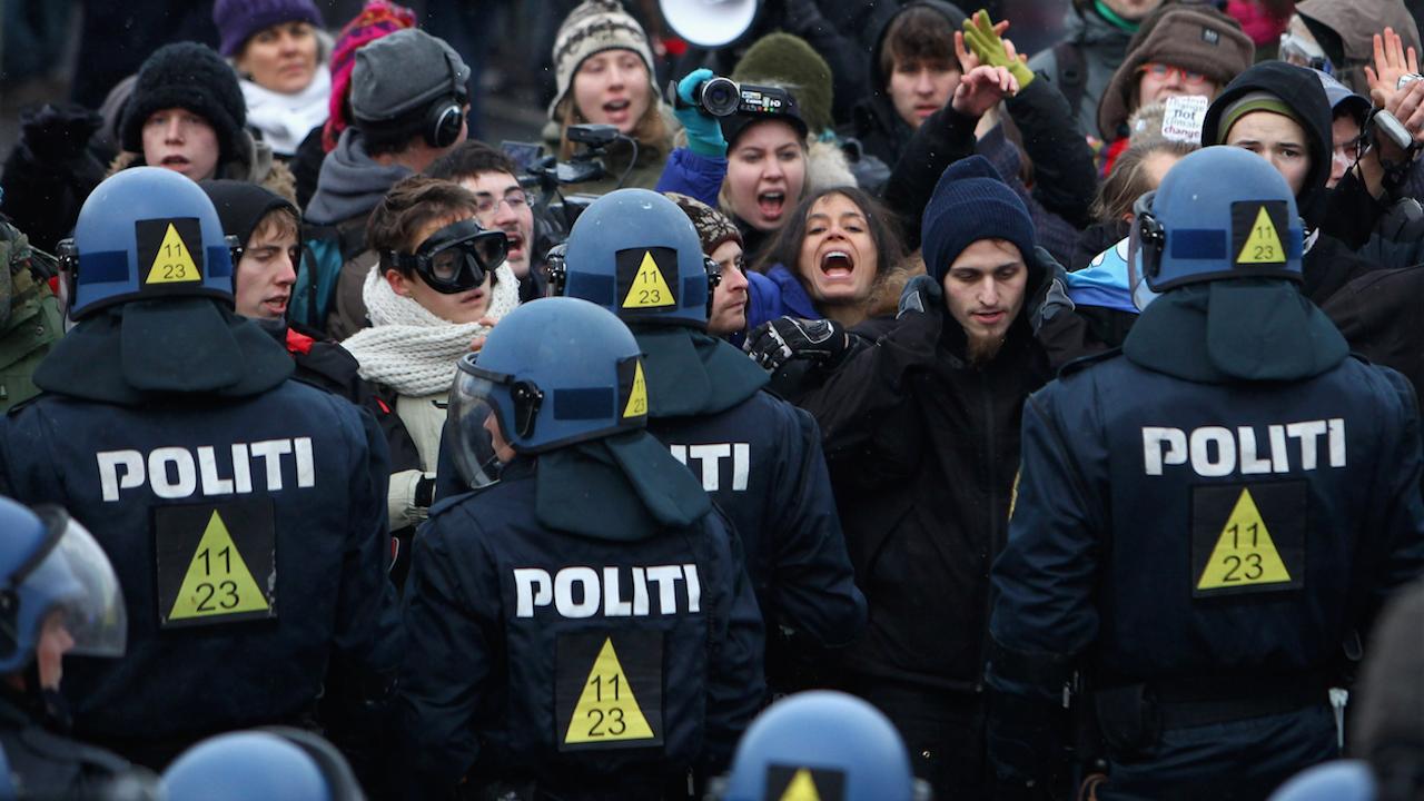 Стотици протестираха срещу ограничителните мерки в Копенхаген