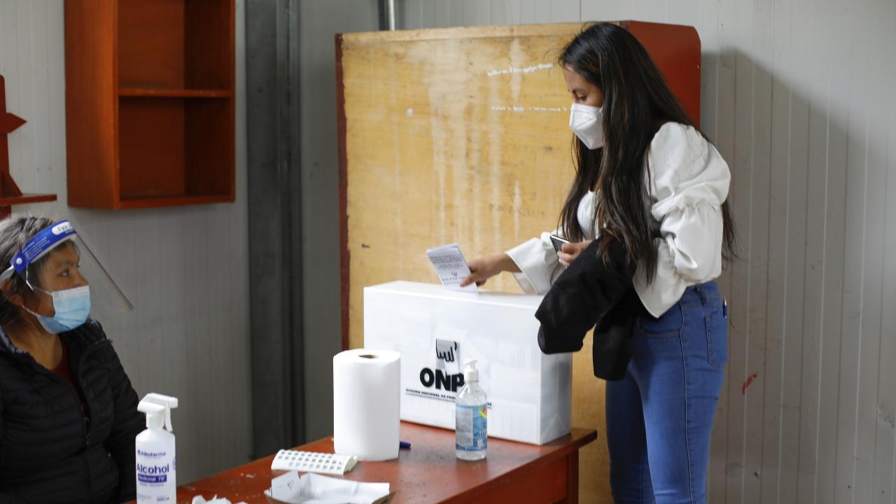 Първите резултати от президентските избори в Перу сочат, че ще се стигне до балотаж
