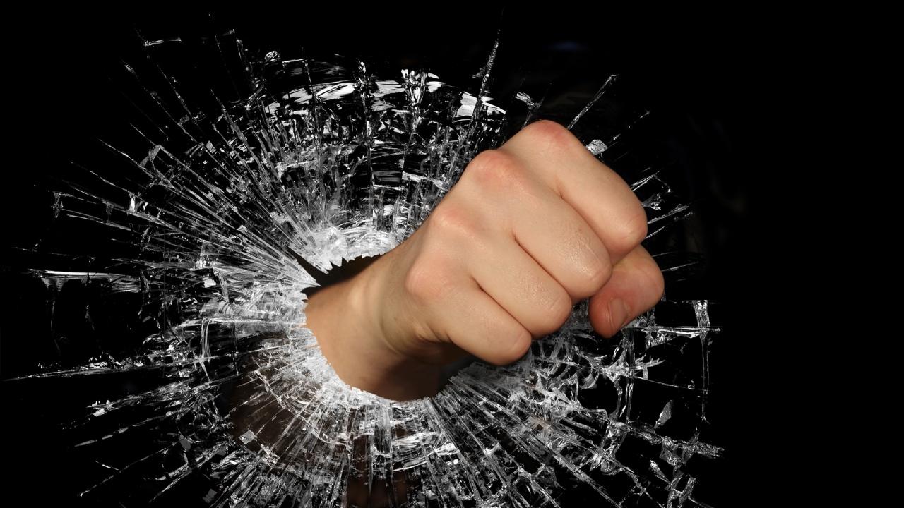 Гневен мъж изпотроши устройство за плащане, вкараха го в Център за психично здраве