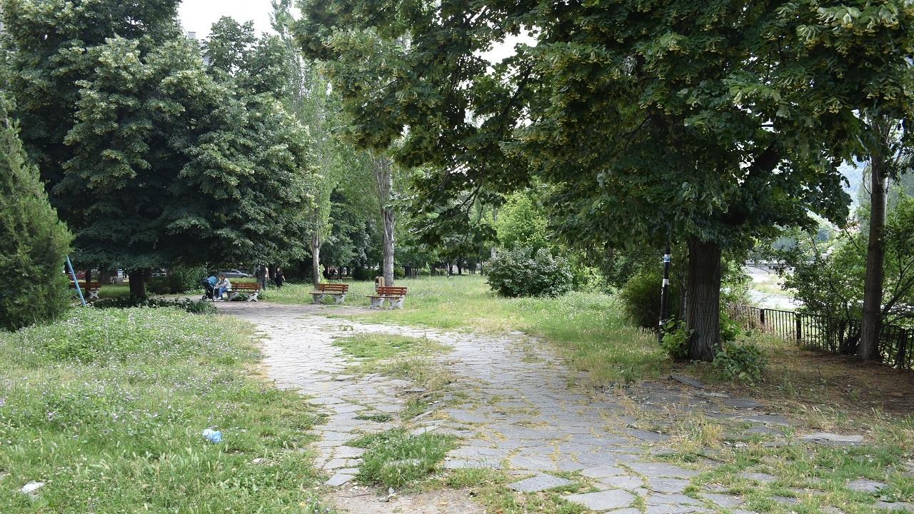 Обработват се зелените площи срещу кърлежи в Асеновград