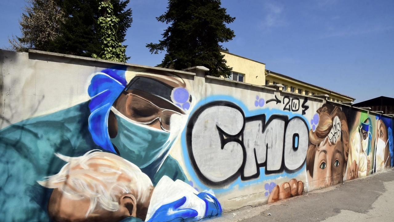 Графити за благодарност към медиците се появиха върху оградата на столична болница