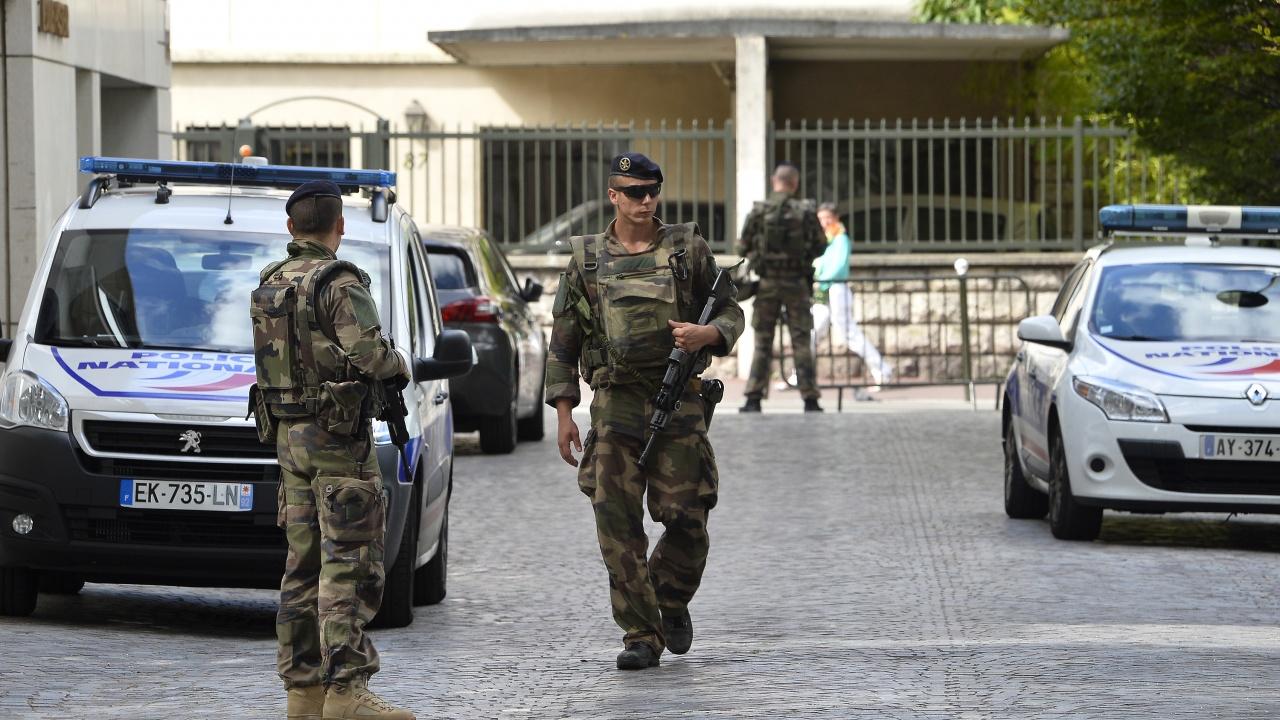 Един убит при стрелба пред парижка болница