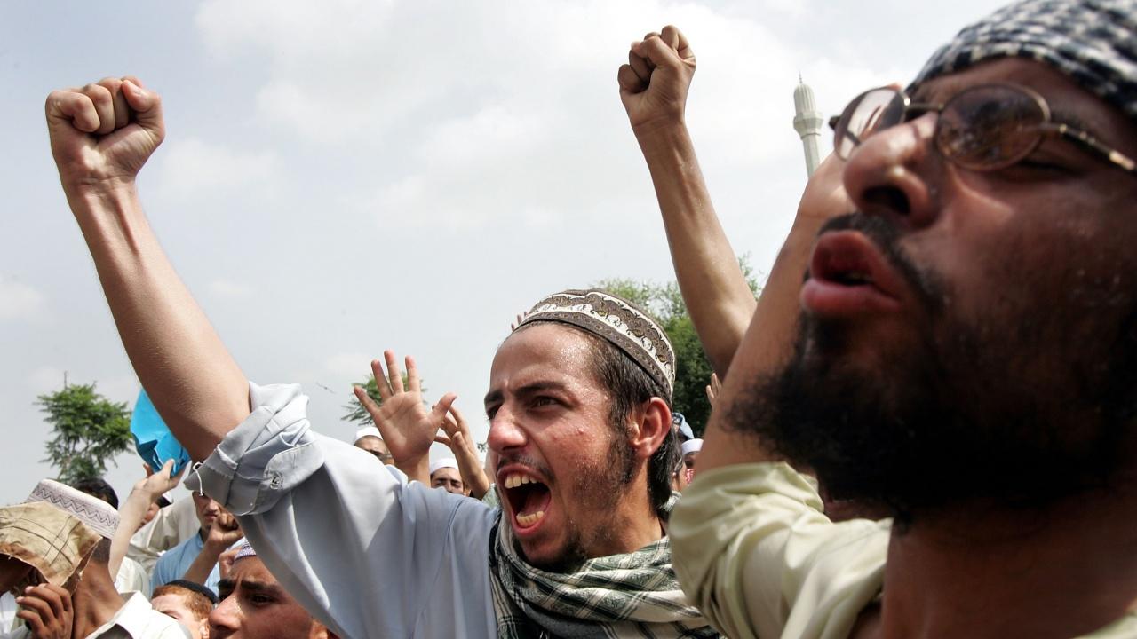 Протестиращи против Франция продължават да блокират пътища в Пакистан