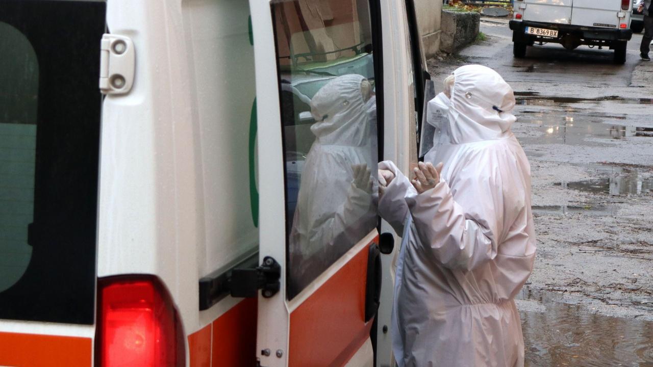 Мъж с коронавирус издъхна, чакайки линейка