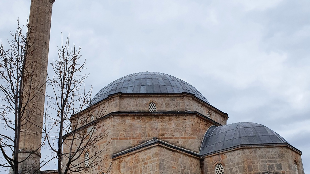 """Спешно ремонтират джамията """"Фатих Мехмед"""" в Кюстендил"""