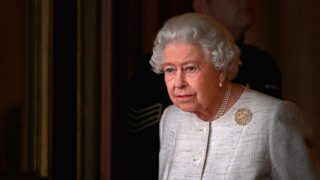 Елизабет II се намеси в спора как да бъдат облечени мъжете за погребението