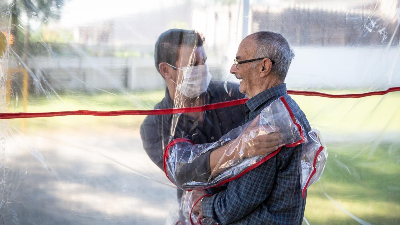 Снимка, показваща прегръдка в Бразилия по време на пандемията, спечели голямата награда на World Press Photo