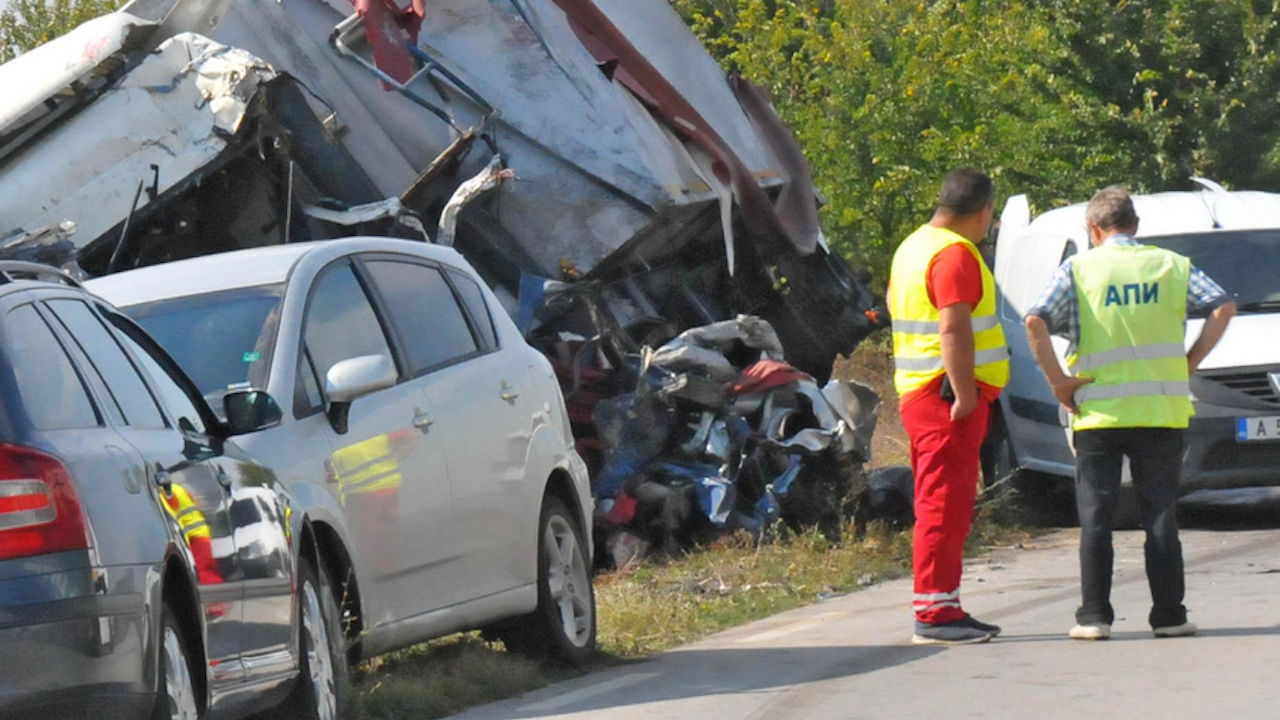 Тежка катастрофа между камион и две коли на пътя Айтос – Бургас, има пострадали