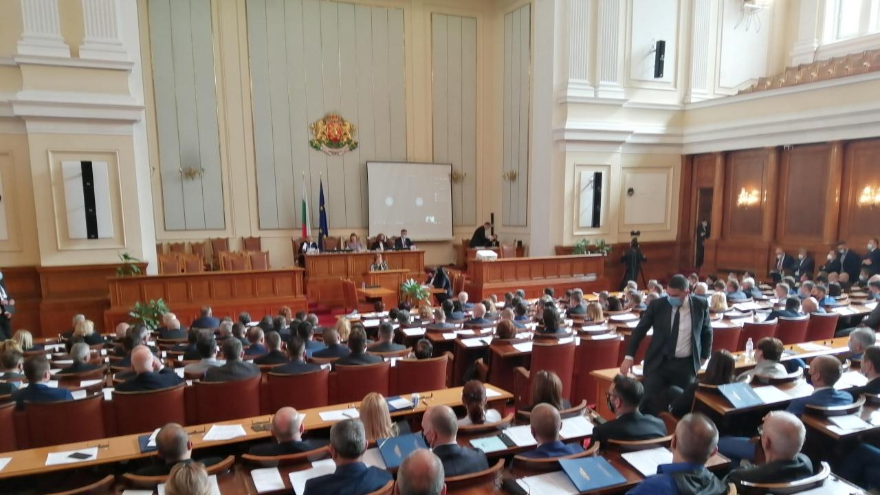 """Нов скандал разтресе парламента, от ГЕРБ вече скандират """"Оставка"""""""