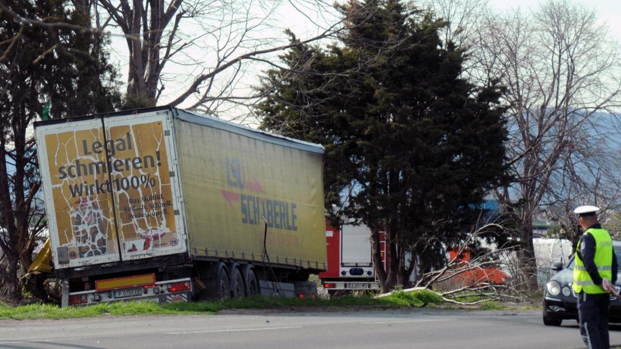 Тежка катастрофа между камион и две коли на пътя Айтос – Бургас, има загинал и пострадали
