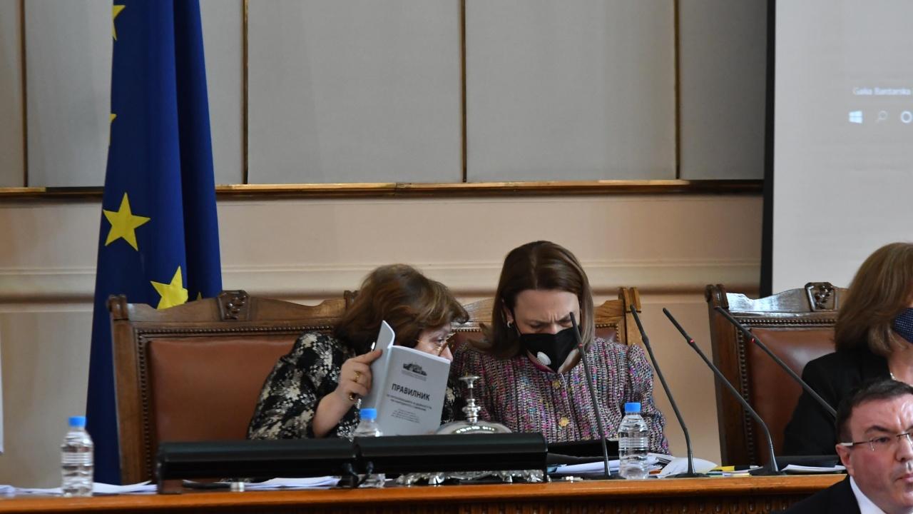 Заснеха Татяна Дончева да дава наставления на Ива Митева по парламентарния правилник