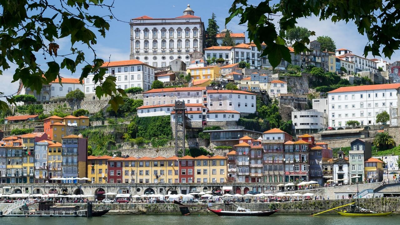 Португалия отваря отново ресторанти и търговски центрове
