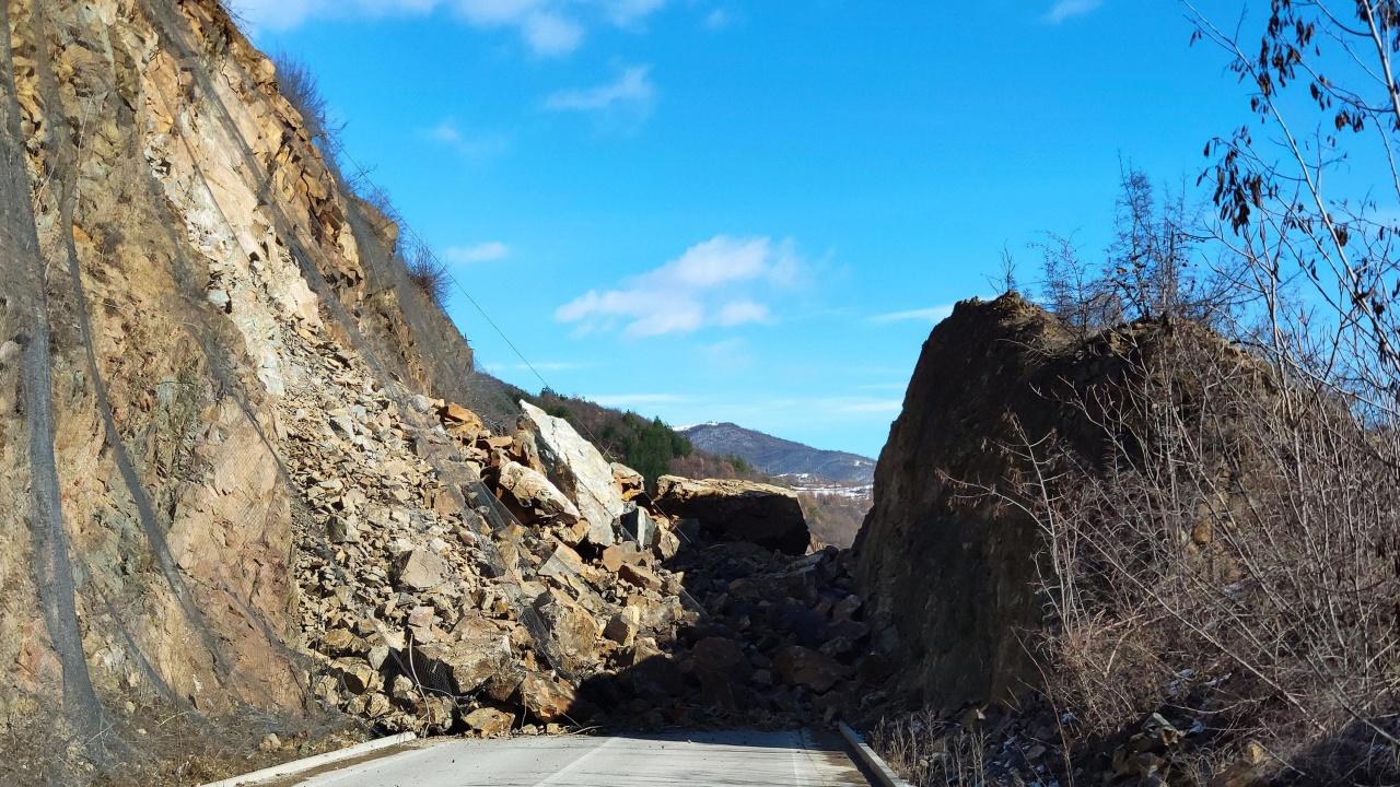 Свлачище затвори пътя между София и Самоков
