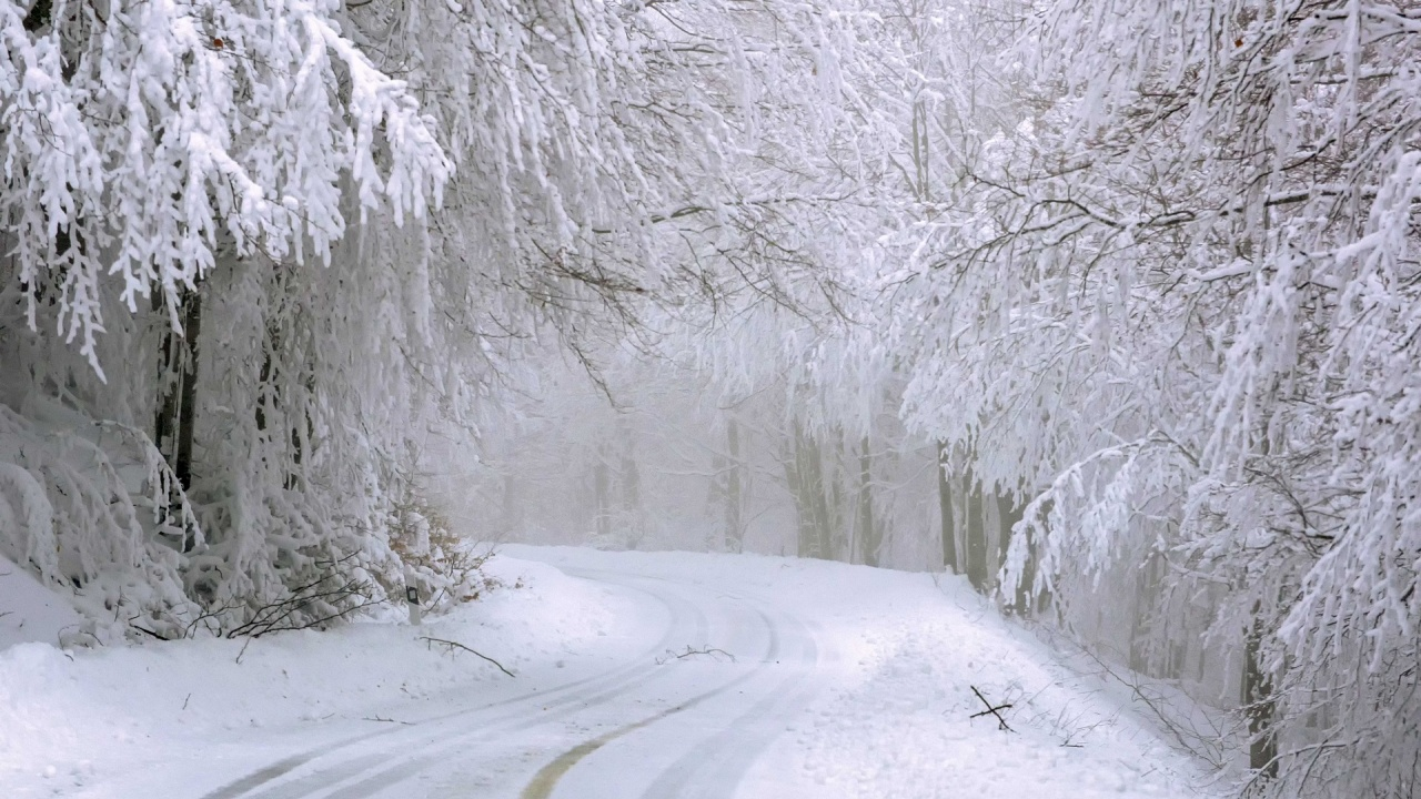 Сняг валя в Смолян, пътните настилки са заснежени