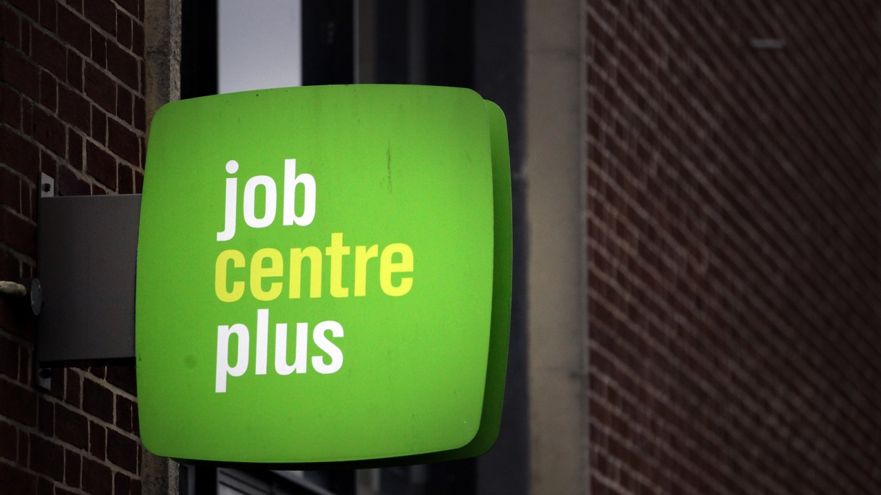 Изненадващо понижение на британската безработица през февруари