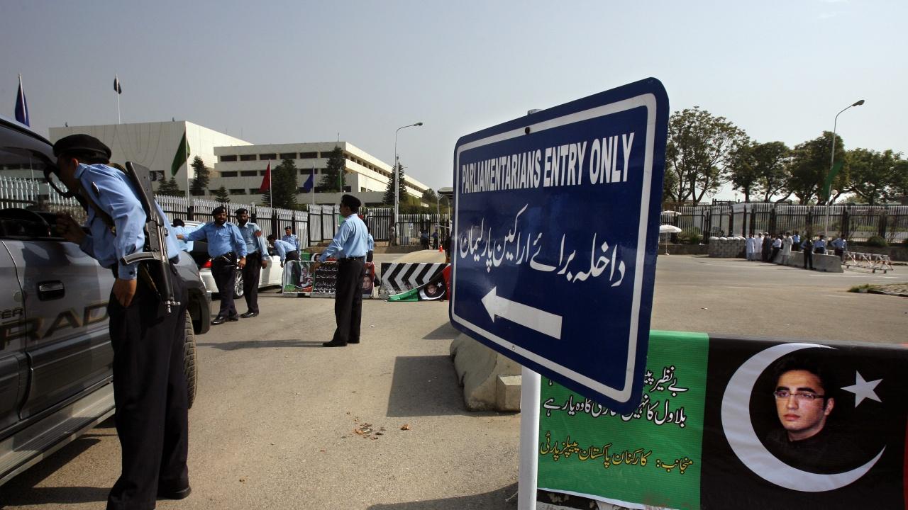 Пакистанският парламент решава дали да експулсира френския посланик