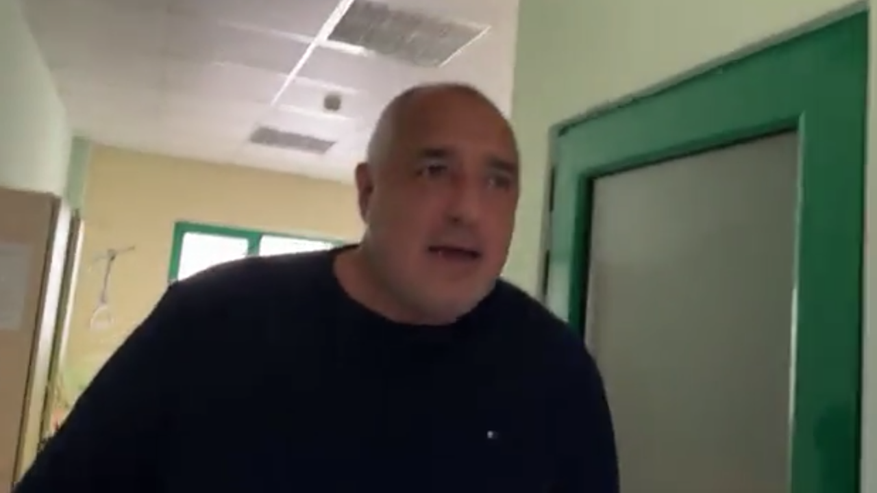 Борисов на визитация в болницата, разговаря с пациенти и обяви: Хората ми викаха - не ходи да риташ топка, но акъл не расте