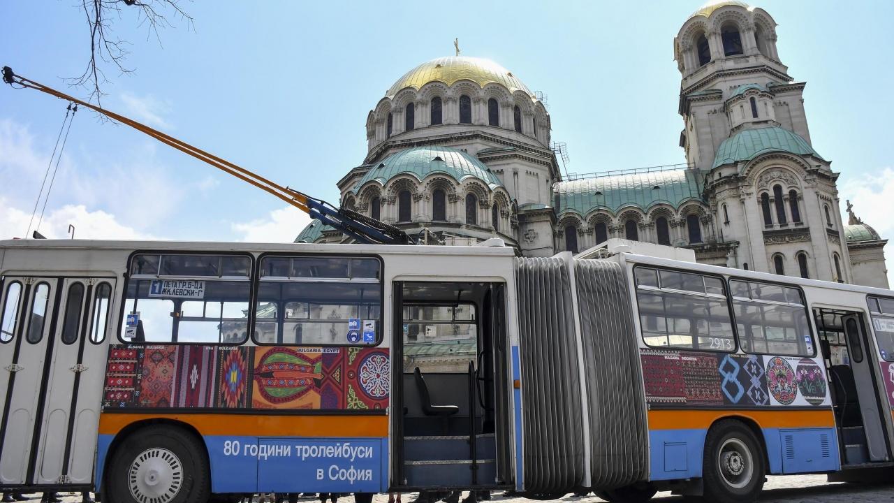 """Представиха тролей-галерия, """"облечен"""" с колажи от културното наследство на България"""