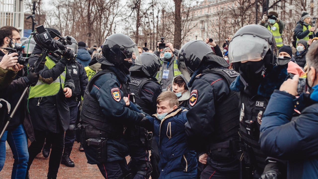 Руските власти задържаха привърженици на Навални още преди протестите
