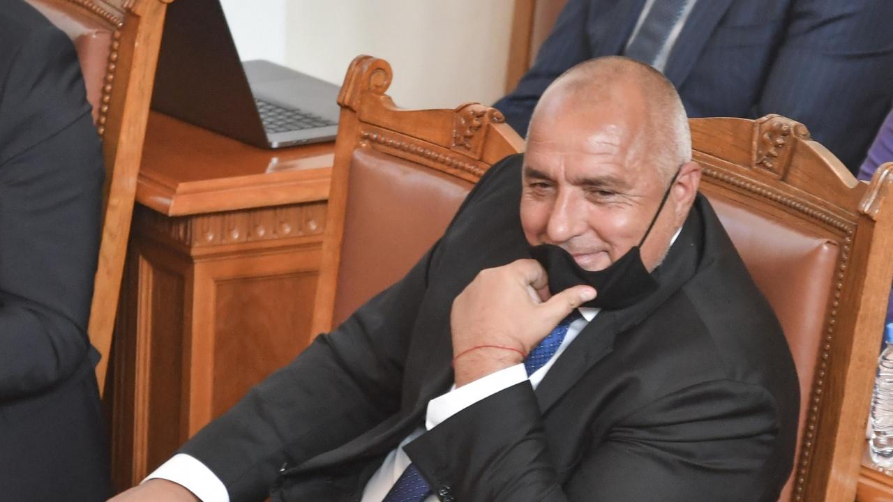 "НА ЖИВО: Депутатите чакаха Борисов, скараха се кой ще маха модела ""ГЕРБ"""